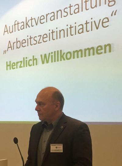 """Der stellvertretende GdP-Bundesvorsitzende Dietmar Schilff eröffnet die Veranstaltung """"Arbeitszeitinitiative"""" in Berlin. Foto: W. Schönwald"""