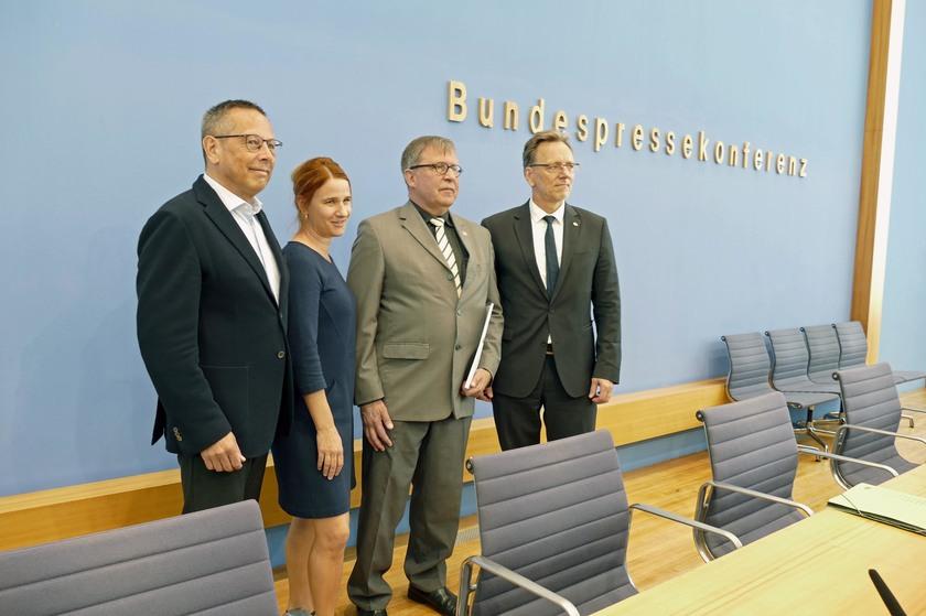 0532abc9d2341 Pressekonferenz der Deutschen Kinderhilfe (v.l.)  Johannes-Wilhelm Rörig