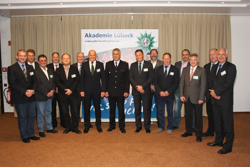 Michael Jäger (Leiter ZGA) als Vertreter der Bundespolizeiakademie mit dem neuen Vorstand der GdP Direktionsgruppe Bundespolizeiakademie